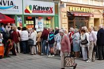 V Karlových Varech byl zahájen prodej lístků na otevření haly. V Zeyerově ulici včera lidé stáli frontu na vstupenky na galavečer. Během hodiny a půl byly vyprodané.