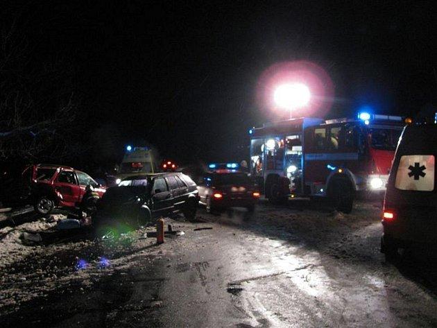 V pátek v půl sedmé večer se na silnici č. 191 u obce Kozlov na Toužimsku srazila dvě auta. Nehoda si vyžádala tři těžká a jedno lehké zranění. Pro jednoho z cestujících byl povolán vrtulník.