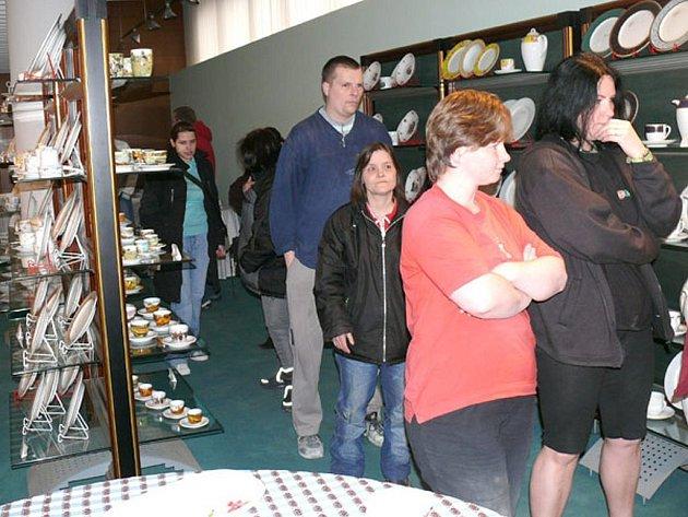 Apatie z porcelánu. Lidé z Karlovarského porcelánu včera využili šance, kterou jim nabídl Krajský úřad a požádali o bezúročnou půjčku. Z rukou hejtmana Novotného tak obdrželi deset tisíc korun.