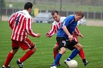 V desátém kole divizní soutěže hostil Spartak Chodov (v pruhovaném) na své půdě lídra a vedoucí tým tabulky Viktorii Jirny (v modrém). Nakonec se z výhry 3:1 radovali hosté.