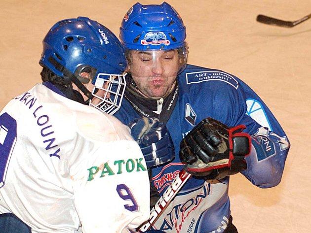 JEDNU asistenci si v zápase se Slovanem Louny připsal útočník Jan Pazdera (v modrém). Na počátku druhé třetiny zpoza branky našel Vojtu Kopfstejna a ten prostřelil brankáře Turzu.