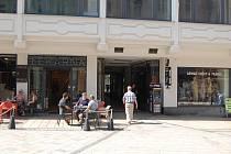 Kolem pasáže u Becherovky na karlovarské třídě T. G. Masaryka přibylo několik restauračních zařízeních, jejichž hosté ruší do ranních hodin obyvatele sousedních domů. Není výjimkou, že zde musí zasahovat policie ani záchranná služba.