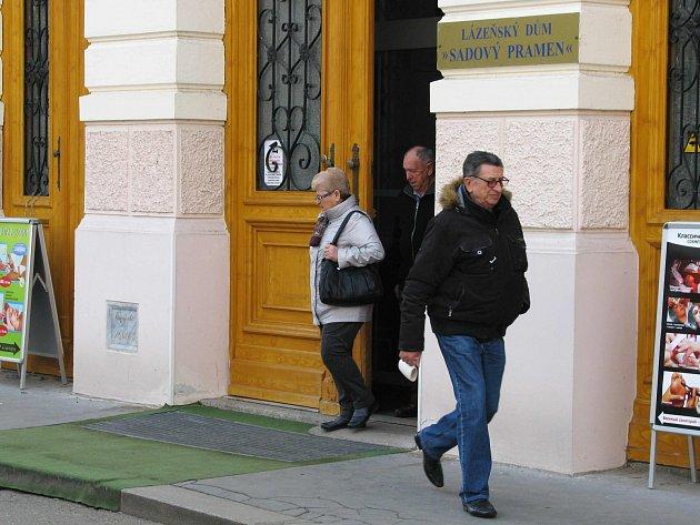 K REKREACI příslušníků ozbrojených sil slouží v Karlových Varech také vojenský lázeňský dům Sadový pramen.