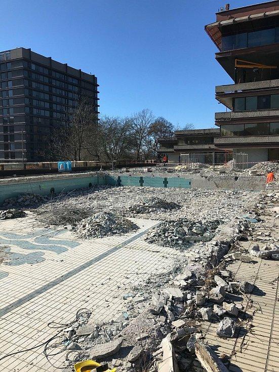 Vybagrovaný bazén hotelu Thermal.