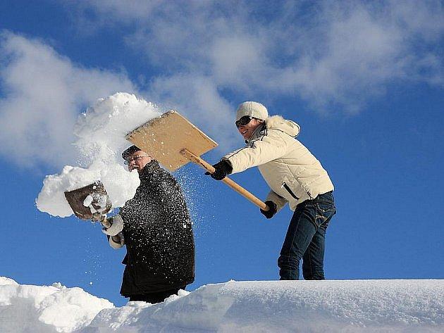 Sníh musí pryč. Na úklid je nasazena technika a také lidské ruce přijdou vhod.