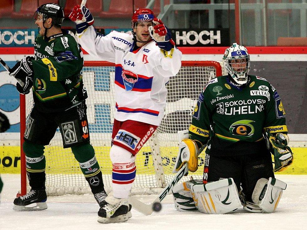 Hokejisté karlovarské Energie (v zeleném) prohráli v předehrávce 36. kola v Českých Budějovicích 0:4. Ondřej Veselý se raduje z gólu Tomáše Vaka v karlovarské síti.