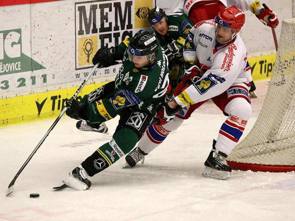 Hokejisté karlovarské Energie (v zeleném) prohráli v předehrávce 36. kola v Českých Budějovicích 0:4. Domácí Tomáš Vak atakuje Jakuba Čuttu.
