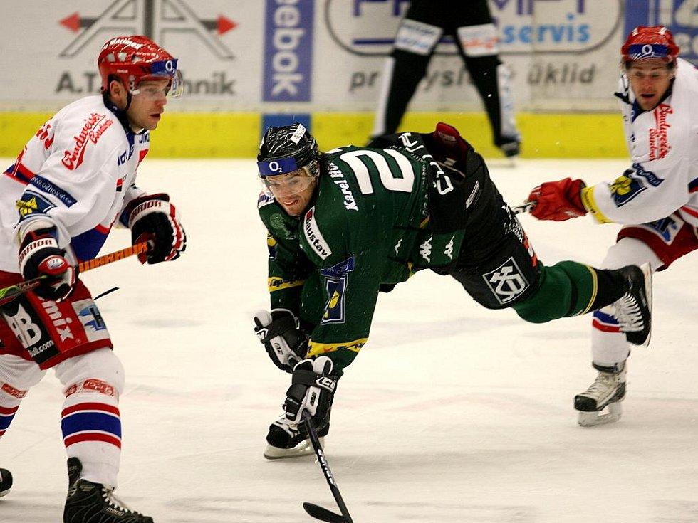 Hokejisté karlovarské Energie (v zeleném) prohráli v předehrávce 36. kola v Českých Budějovicích 0:4.