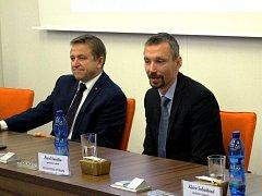 Starosta Ostrova Pavel Čekan (vlevo) a generální ředitel generální ředitel Panattoni Europe pro Česko a Slovensko Pavel Sovička