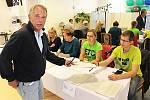 Volič Jan Tintěra odevzdal hlas ve volební místnosti v Karlových Varech.