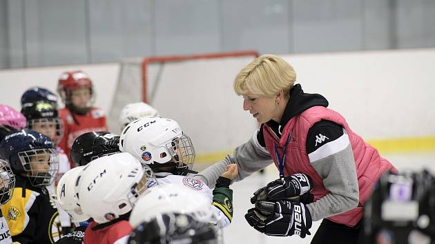 Blanka Jiskrová všechno prožívá jako učitelka prvního stupně v Karlových Varech a zároveň trenérka ledního hokeje.