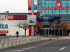 PRÁZDNÉ PARKOVIŠTĚ před centrem Fontána v Karlových Varech naznačovalo, že tu nenakoupíme. Ale právě tento hypermarket jako jediný otevřel galerii s malými obchody.