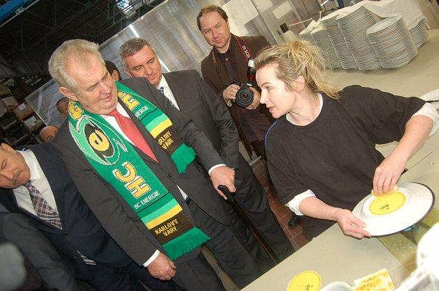 Tiskařka Ilona Skalická nejprve prezidentovi ukázala, jak správně tisknout na porcelán. Prezident si vše pak sám vyzkoušel.