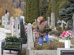 Úklid. Na hřbitovy v těchto dnech míří davy lidí. Blíží se svátek Památky zesnulých a hroby chtějí mít uklizené.