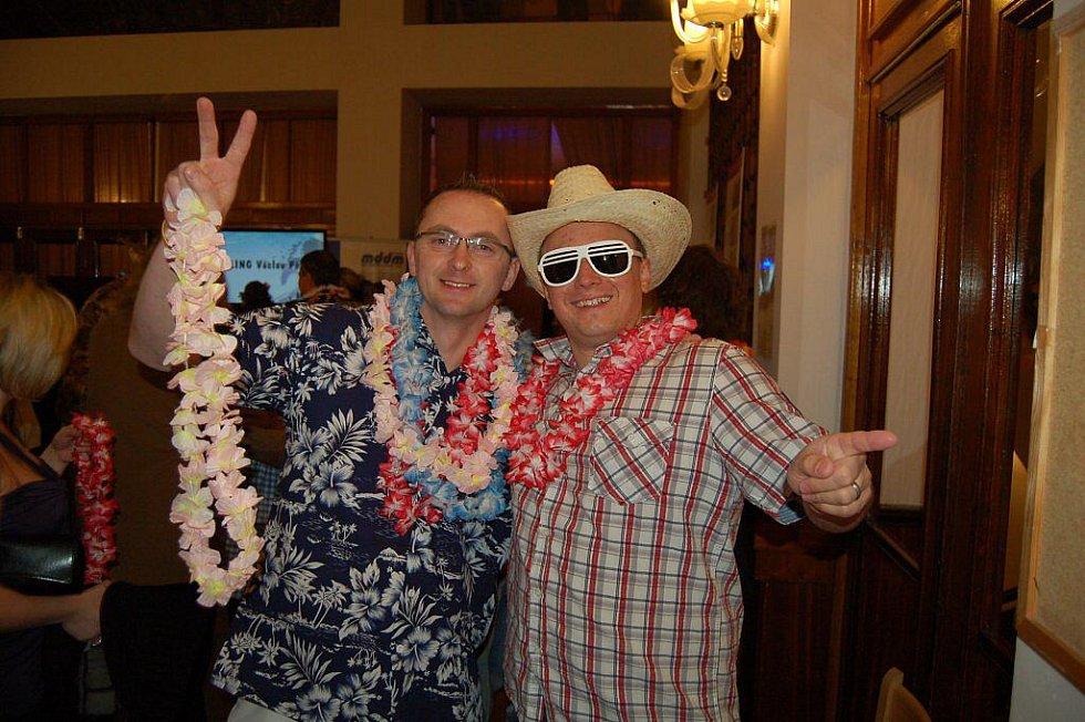 Ples ostrovských sportovců se nesl v havajském duchu. VIP byli mezi hosty fotbalisté Tomáš Skuhravý a ostrovský rodák Josef Němec.