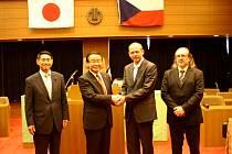 Naši cestovatelé. Primátor Petr Kulhánek (druhý zprava) s náměstkem Klsákem (první zprava) vloni navštívili i Kusatsu v Japonsku, které je partnerským městem Karlových Varů.