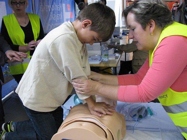 VYZKOUŠET si oživování na speciálním trenažéru mohli při Prevence Tour 2014 pod odborným dohledem dospělí i děti.