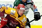 Hokejisté karlovarské Energie (v bílém) přivítali v prvním utkání baráže Duklu Jihlava