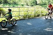 POSLEDNÍ Z DOKONČENÝCH úseků karlovarské cyklostezky vede ze Svatošských skal přes Ohři a Tašovice. Zatím ale končí u Doubského mostu a odtud musí cyklisté zatím po silnici.