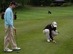 Lukáš Bauer na jamce č.13 při pátečním golfovém Turnaji mistrů v Karlových Varech.