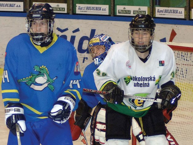 Dorostenci karlovarské Energie (v bílém) vybojovali proti Olomouci tři body za vítězství 2:1. Stejným poměrem skončil i druhý zápas, ale až po prodloužení.