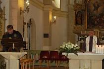 Motorkáři v Karlovarském kraji zahájili novou sezonu požehnáním a mší v kostele ve Staré Roli.