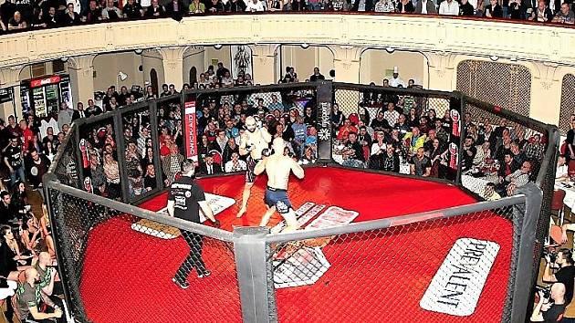 Fanouškům smíšených bojových umění, MMA, se představí 22 borců v 11 zápasech.