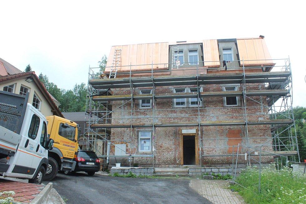 Obec rekonstruuje faru, kde vzniknou provozovny a pět nových bytů.