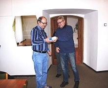 Cenu jednomu z vítězů soutěže předal předseda kulturní komise MUDr. Jan Svoboda (vpravo).