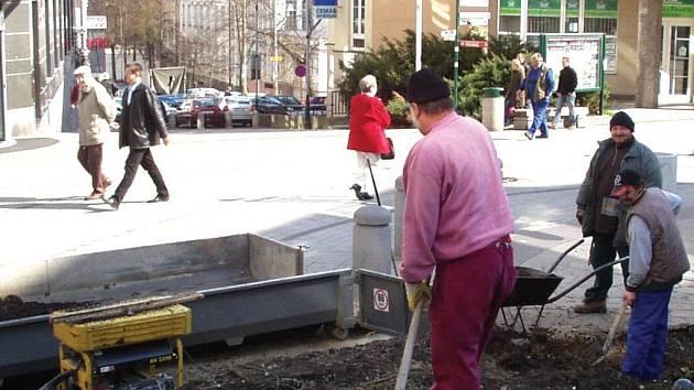Právě v těchto dnech připravují dělníci plochu pro umístění sochy T. G. Masaryka. Bude stát v obchodně –správním centru města před budovou Skleněného paláce.