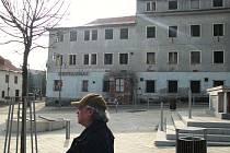 Hotel Uran by měl přestat dělat ostudu v centru Abertam.