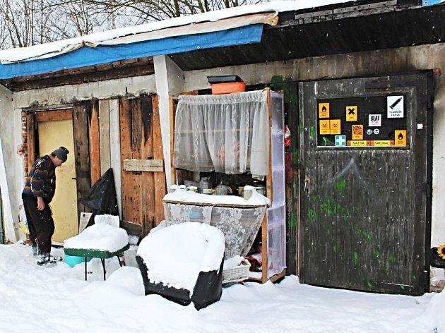 BYDLENÍ V GARÁŽÍCH. Skoro desítka lidí bez domova přebývá v současnosti ve dvou garážích v Jabloňové ulici. Z mrazů si nic nedělají. Prý si zatopí v kamínkách a bude dobře.