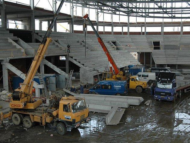Stavba haly, díky losovačce známé v celé republice, pokračuje.