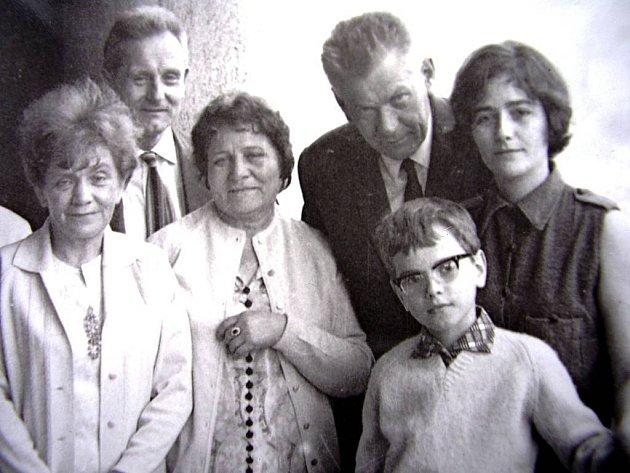 Slavná návštěva. Zleva: paní Smrkovská, Antonín Sum, manželka ruského generála (on sám se nejspíš fotit nechtěl), Josef Smrkovský, autor a jeho maminka.