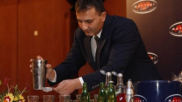 Tak se míchá vítězný drink. Vasil Kolev při přípravě vítězného nápoje Grappatoni.