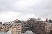 Parkovací dům v Libušině ulici zcela zastínil nádherný pohled na hotel Imperial.