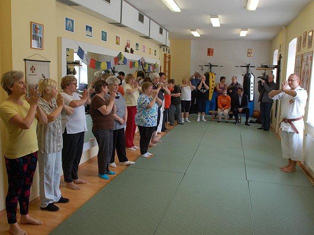 S odhodláním se sedmnáct karlovarských seniorů vrhlo do světa bojových umění. Pod vedením instruktora tělesné a technické přípravy městské policie Miroslava Ponerta se učí, jak se v případě nutnosti ubránit násilníkům.