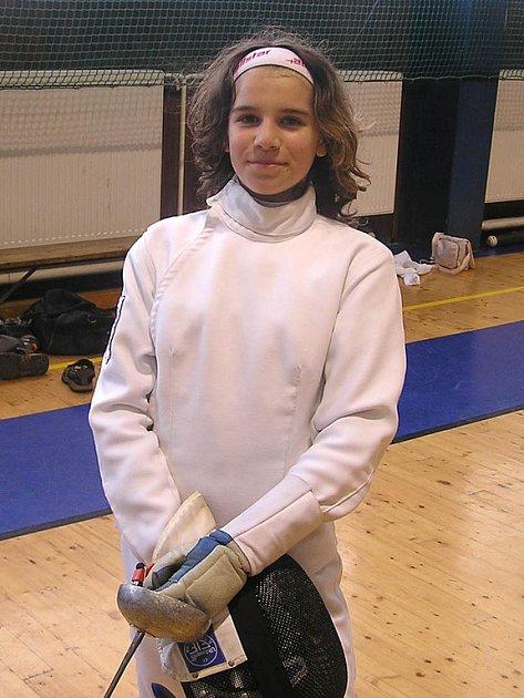 ŠEST MEDAILÍ vybojovali o uplynulém víkendu v Olomouci šermíři karlovarské Lokomotivy. Nejúspěšnější z nich, 'zlatá' mezi kadetkami a 'stříbrná' ve své kategorii žaček, byla Lucie Hornová.