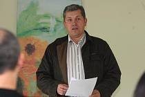 Advokát Karel Jelínek vysvětluje na tiskové konferenci v plzeňském Parkhotelu svůj postoj k arbitráži, která se týká výstavby golfového hřiště v Karlových Varech.