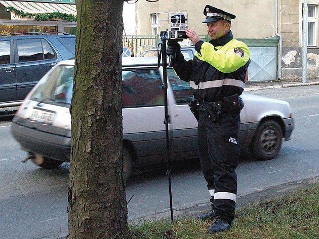 Policistu s radarem v ruce bude stále častěji možné zahlédnout u silnice.