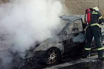 Požár auta zastavil provoz na dálnici D6 u Kynšperka.
