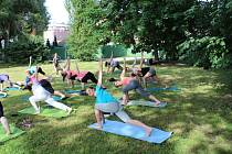Cvičení jógy pod širým nebem ve Staré Roli.