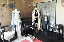 BARRANDOVSKÝ FUNDUS zapůčil k výstavě kostýmy a další rekvizity evokující dobu Karla IV.