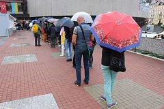 V Karlových Varech začal prodej lístků na projekce 52. ročníku Mezinárodního filmového festivalu. Mnozí nadšenci čekali na otevření pokladen i přes dvanáct hodin.