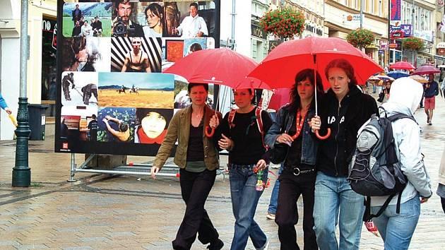 Všudypřítomný déšť si vybral útok na festivalové město.