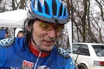 O smůle v cíli na Třech křížích hovořil i karlovarský Zdeněk Bartoš. Ještě 50 metrů před cílem měl šanci vyhrát veterány nad 50, ale nakonec se musel, stejně jako na Linhartu, spokojit s 2. místem za Lubomírem Chalužem z Kadaně.