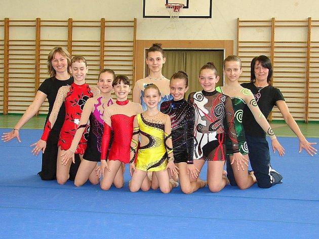 Družstvo děvčat, které v letošní sezoně reprezentovalo lázeňskou moderní gymnastiku v barvách Slavie Karlovy Vary.