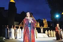 Starý Egypt pod hradem. Protože do příběhu egyptské otrokyně a vojevůdce středověký hrad v Lokti příliš nezapadá, nebude během Aidy nasvícen. I tak vytváří tmavá silueta zajímavou scénu.