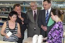 Ministr práce mezi lidmi. Do sídla Karlovarského porcelánu přijel v úterý 10. března ministr práce a sociálních věcí Petr Nečas (ODS), který s lidmi hovořil o jejich složité situaci.