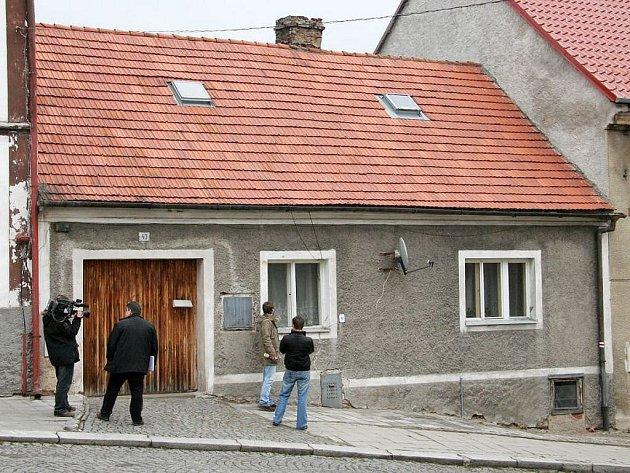 V tomto domě v Hradební ulici ve Žluticích byla v březnu 2008 nalezena mrtvolka čerstvě narozeného dítěte.